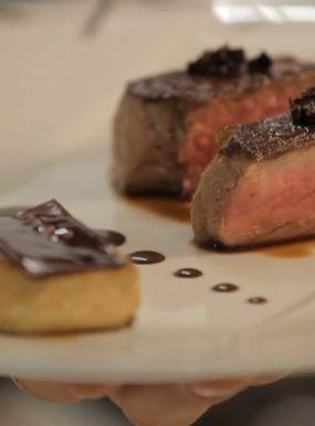 Rinderlendenstück AOC Charolles, warme Entenleberpastete, mit Abinao-Schokolade glasiert, Jus mit Brösel