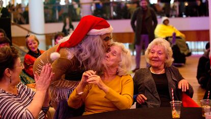 Audience members and performer smiling