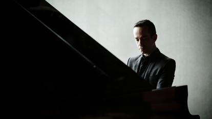 Inon Barnatan 2014- Pianist.Photo: Marco Borggreve