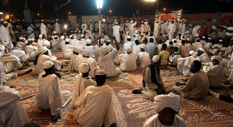 B5D5PH Celebrating the Prophet's birthday, a sheikh preaches to members of his tariqa (sufi order), Shendi, Sudan, Africa