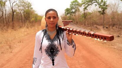 Sona Jobarteh, holding a Kora