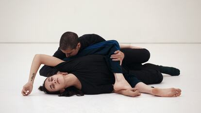 Jean Abreu Dance: Contemporary Dance Performers Entangled on the Floor